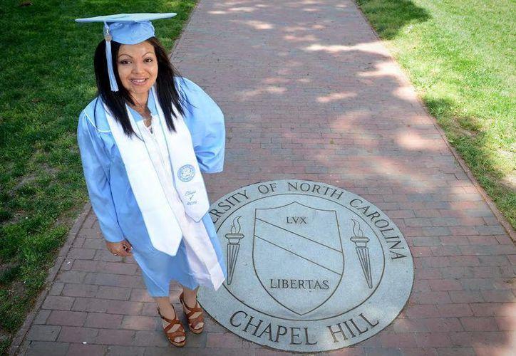 Foto cedida por la Universidad de Carolina del Norte-Chapel Hill en la se ve a Cruz Santibáñez con su toga y birrete tras recibir su titulo de periodismo. (EFE/Archivo)