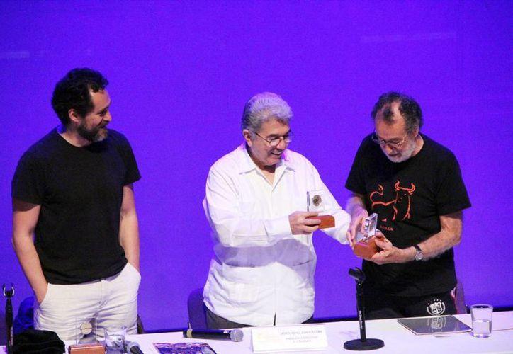 Jorge Esma entregó un reconocimiento a Demián y Alejandro Bichir en el Gran Museo del Mundo Maya. (Milenio Novedades)