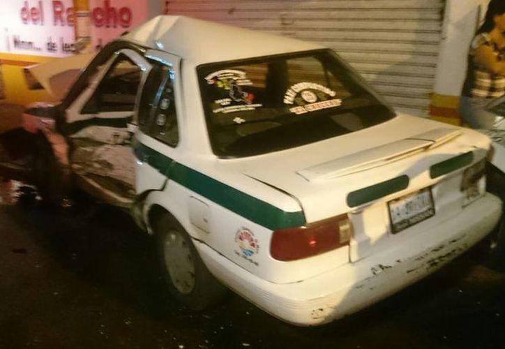 El choque movilizó a las unidades de emergencias de Cancún para atender a los lesionados. (Redacción/SIPSE)