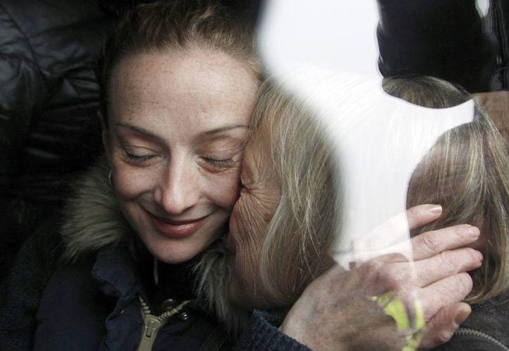 Cassez recibe un emotivo saludo de su madre, a su llegada a la capital francesa. (Agencias)