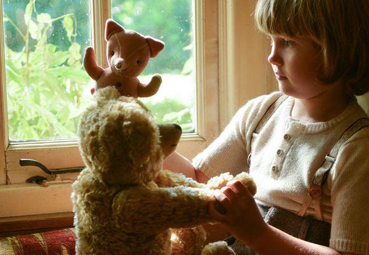 El pequeño Christopher Robin siempre va acompañado de su peluche, un osito al que su padre convirtió en mágico en la literatura. (Foto: Contexto/Internet)