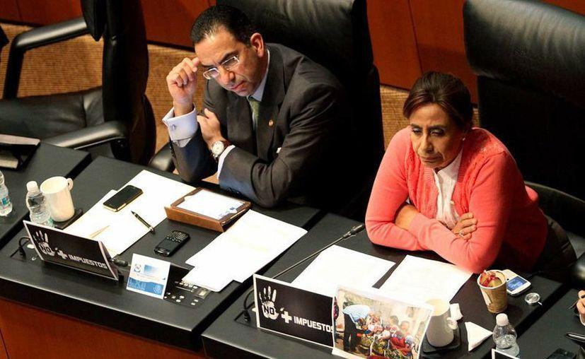 Los senadores panistas Javier Lozano y Luisa Maria Calderón, dialogan durante la sesión de este martes. (Notimex)