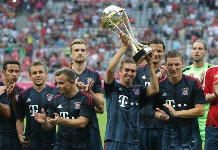 El capitán del Bayern, Phillip Laham, levanta el trofeo al que su escuadra se hizo acreedora tras vencer al Barza. (Agencias)