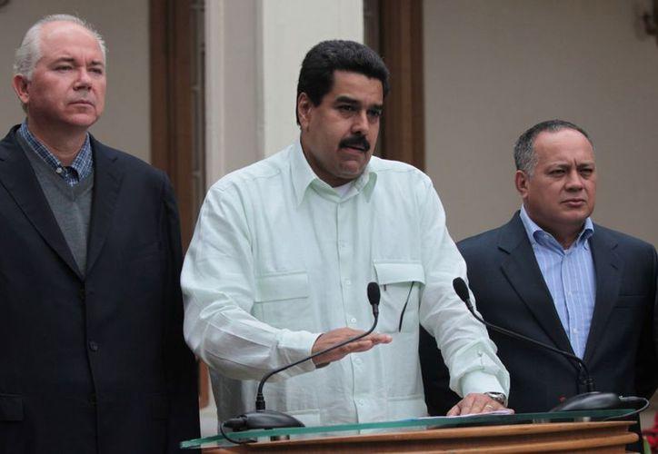 El vicepresidente Nicolás Maduro (c) se dirige a la nación venezolana flanqueado por el ministro de Petróleo, Rafael Ramírez y el presidente de la Asamblea Nacional, Diosdado Cabello. (Agencias)