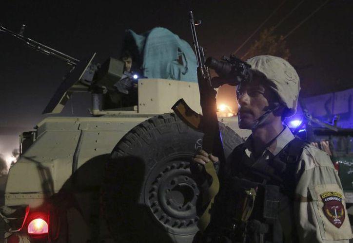 Miembros de las fuerzas de seguridad afganas toman posiciones en el lugar donde se produjo un ataque suicida contra un convoy de la OTAN, en Kabul. (EFE/Foto de contexto)