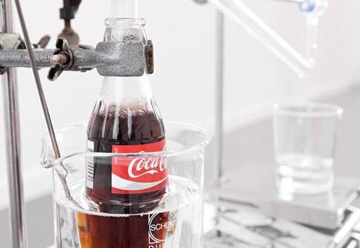 Artista holandés <i>deshace</i> la fórmula de Coca-Cola