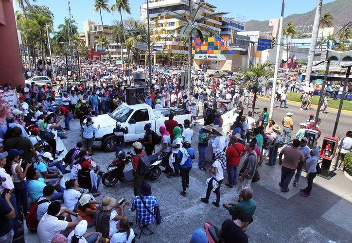 Los profesores de la Ceteg afirmaron que realizarán el paro de labores a pesar de las advertencia del gobernador. Imagen de archivo de una protesta realizada por miembros de la Ceteg en Guerrero. (Archivo/Notimex)