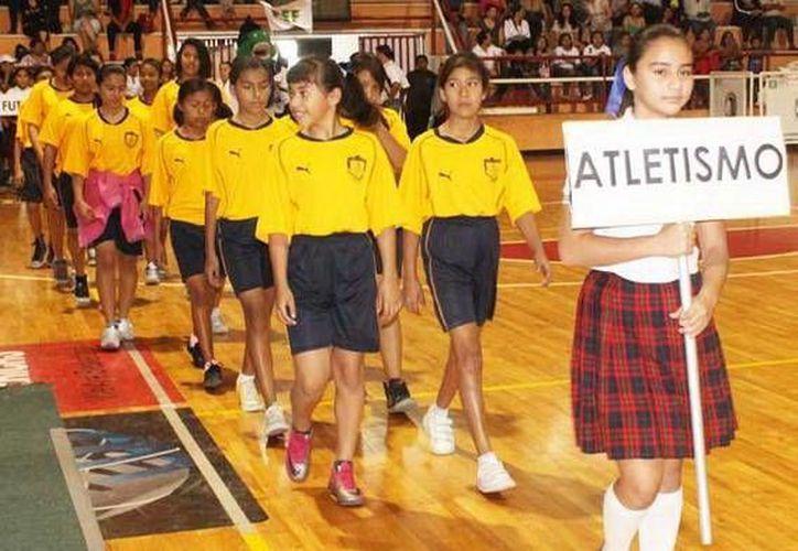 Desfile de delegaciones en la inauguración de los Juegos Escolares. (Milenio Novedades)