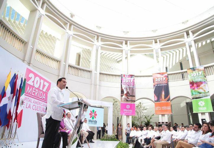 En el marco de la ceremonia de aniversario de Mérida por 475 años de fundada, el Ayuntamiento inició oficialmente las actividades de Mérida, Capital Americana de la Cultura 2017. (Milenio Novedades)