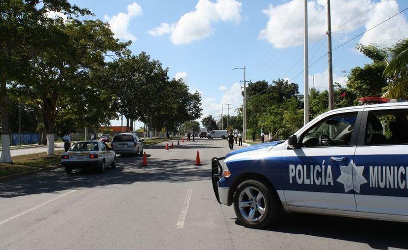 La Policía Municipal Preventiva implementa un retén permanente para detectar el paso de alcohol ilegal a territorio quintanarroense. (Enrique Mena/SIPSE)