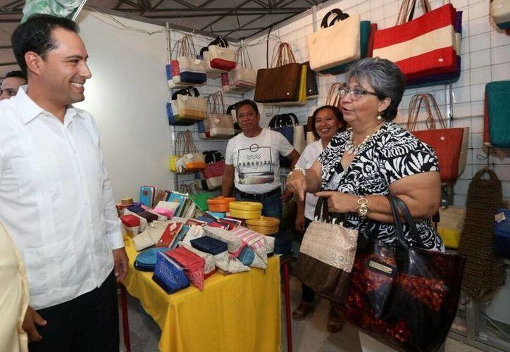 La Feria Artesanal Tunich es un escaparate para los turistas nacionales y extranjeros. Imagen de Mauricio Vila con los comerciantes. (Milenio Novedades)