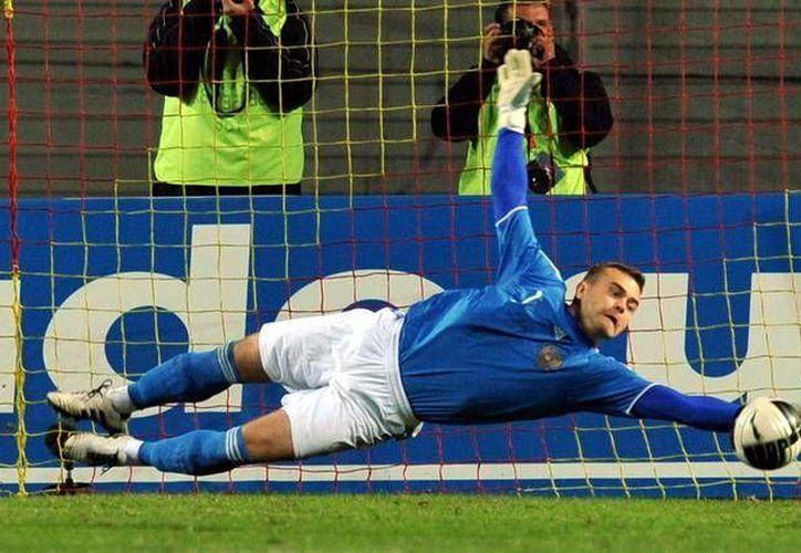 El arquero Igor Akinfeev fue golpeado en la nuca por una bengala en partido eliminatorio entre Rusia y Montenegro, pero  finalmente salió del hospital. (glogster.com)
