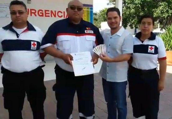 La Cruz Roja recibió los primeros 5 mil pesos en vales de gasolina. (Foto: Redacción)