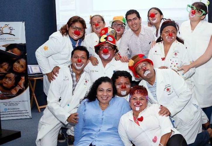 Aunque no estuvieron entre los grupos beneficiados, los Doctores de la Risa participaron con su alegría en el evento. (SIPSE)