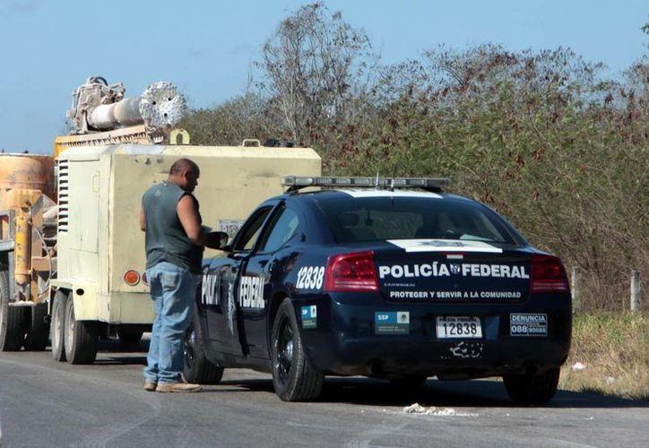 Se ampliará y será permanente el operativo de vigilancia. Imagen de una patrulla federal en el anillo periférico de Mérida. (Milenio Novedades)