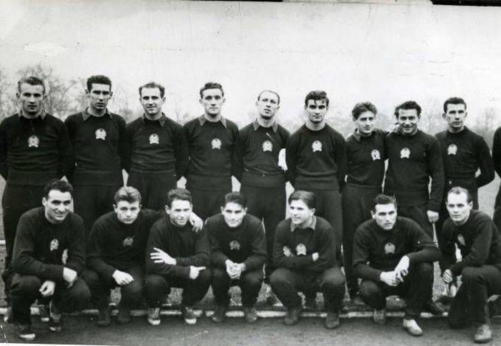 Este es el seleccionado húngaro que ganaba 2-0 a Alemania en la final del Mundial de 1954. Los germanos se impusieron 3-2. (elgrafico.com.ar/Archivo)