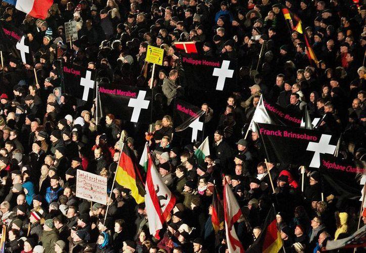 Un grupo de personas participa en una manifestación de Pegida (Europeos Patriotas contra la Islamización de Occidente) el pasado 12 de enero en Dresde. (EFE/Archivo)