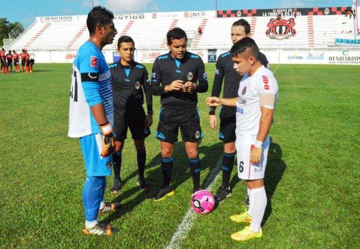 Rodolfo Villanueva durante un partido de futbol profesional. (SIPSE)
