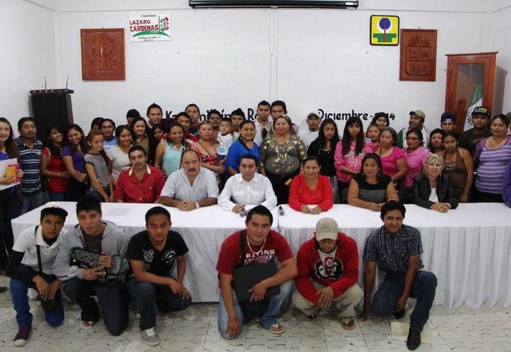 El presidente municipal encabezó la entrega de los sustentos económicos. (Raúl Balam/SIPSE)