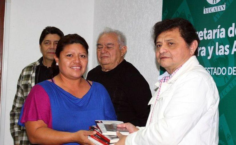 Rosalía Viana, de Ticopó, Acanceh, recibe acervo literario. (Milenio Novedades)