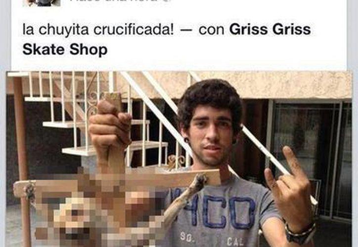 El joven se justificó diciendo que el animal ya estaba muerto. (Facebook)