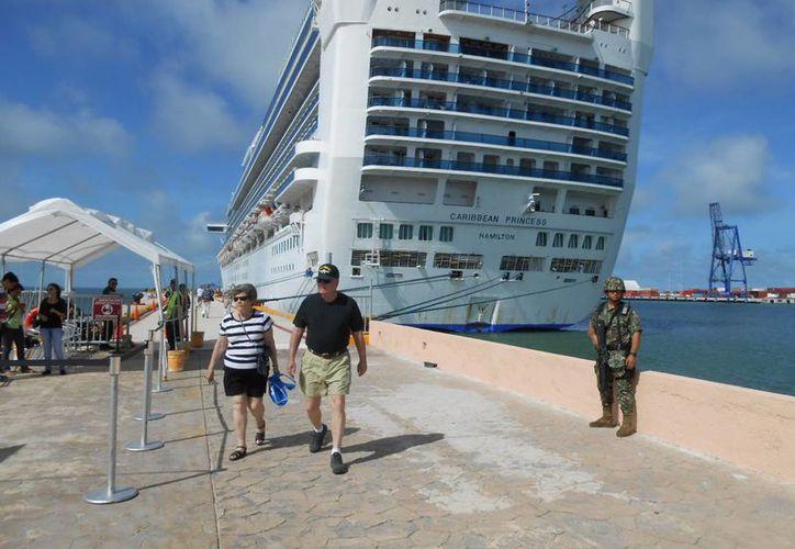 La lujosa embarcación en la terminal de crucero del puerto de altura. (Manuel Pool/SIPSE)