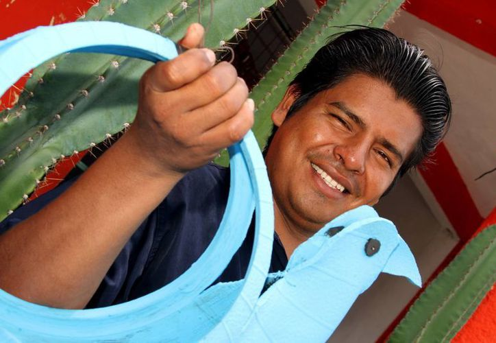 Luego de sus intentos fallidos de trabajar en una empresa, Agustín Zurita de la Cruz, aprendió a hacer artesanales macetas con llantas inservibles.  (Adrián Monroy/SIPSE)