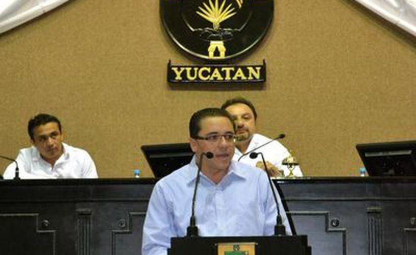 El diputado Víctor Hugo Lozano Poveda durante su intervención. (SIPSE)