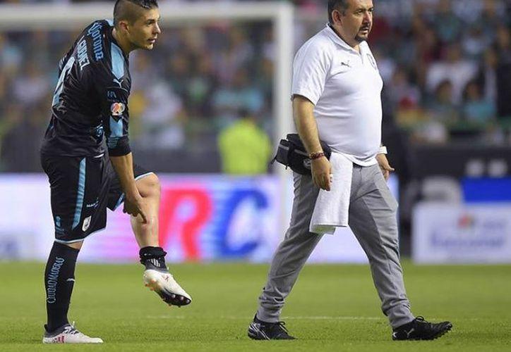 Antes de salir de la cancha Javier expuso el golpe que había sufrido. (Foto: Mexsport).