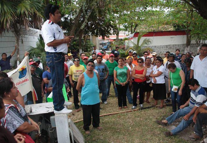 Los trabajadores sindicalizados se reunieron con su líder. (Julián Miranda/SIPSE)