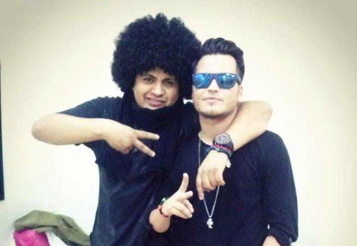 El cantante yucateco Fragga (der) acompañado de Big Metra productor del álbum M.P.M. (Milenio Novedades)