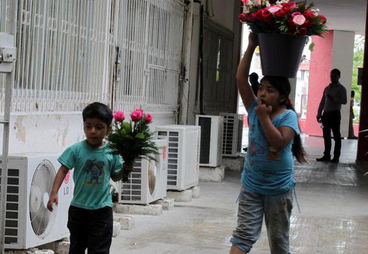 Por lo general los niños venden golosinas y flores en las inmediaciones de la capital. (Francisco Sansores/SIPSE)