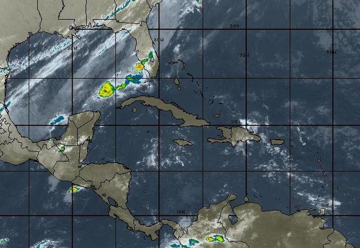 El frente frío número 21, localizado en superficie sobre la porción central del Golfo de México, se está moviendo al este-sureste. (Intellicast)