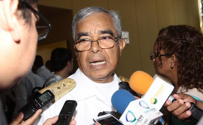 El vicealmirante Felipe Solano Armenta, comandante de la Novena Zona Naval Militar, contestando a los reporteros. (Milenio Novedades)