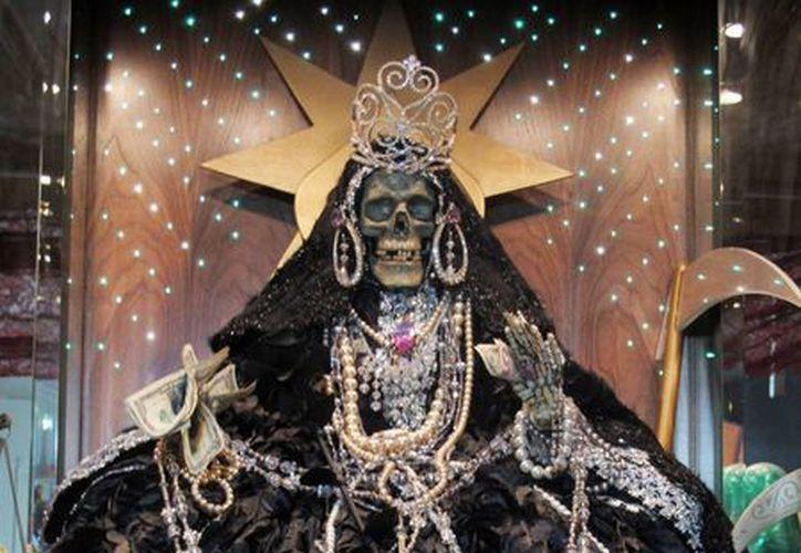 Estatuilla del altar a la Santa Muerte que la inmigrante mexicana transgénero Arley Vázquez González tiene en su casa de Queens, Nueva York. (Agencias)