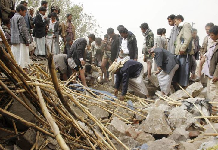 Residentes buscan algo de utilidad entre los escombros de un edificio en Saná, la capital de Yemen, donde la violñencia ha escalado en las últimas semanas. (Archivo/AP)