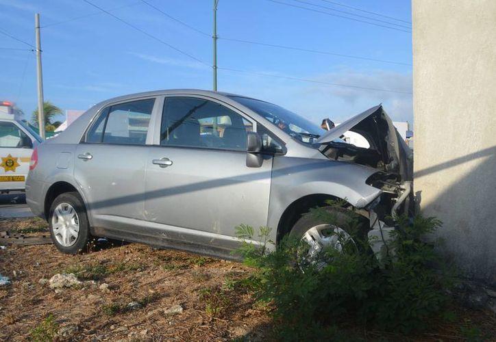 El choque de dos autos compactos dejó cinco personas lesionadas, entre ellas tres menores. (Fotos: Carlos Navarrete/SIPSE)