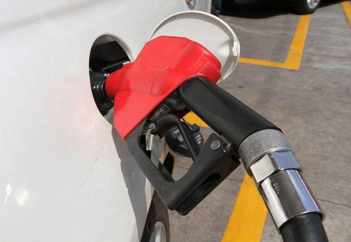 Hacienda indica que como baje el precio internacional del petróleo, es posible que también lo haga el precio de los combustibles. (Archivo/Notimex)