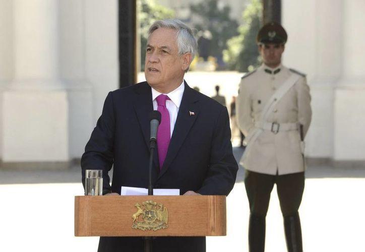 El presidente Sebastián Piñera mientras ofrece una declaración de prensa en el Palacio de la Moneda en Santiago de Chile. (EFE)