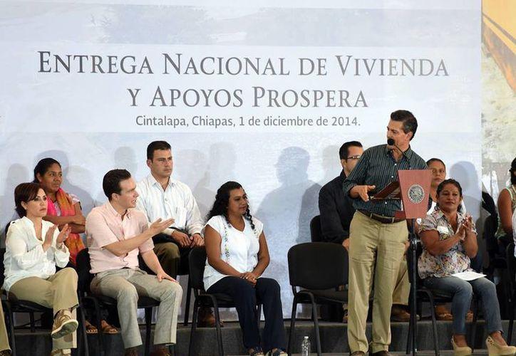 Peña Nieto encabezó en Chiapas la entrega de viviendas y apoyos del programa Prospera. (Facebook/Manuel Velasco Coello)
