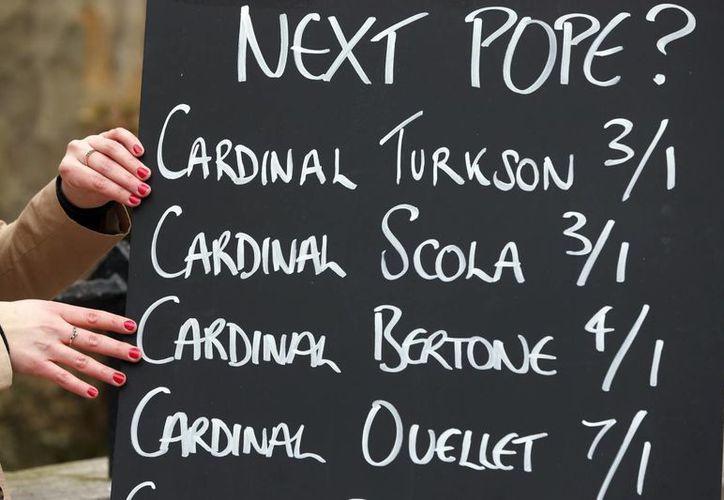 Foto del 1 de marzo 2013 donde una empresa de apuestasm muestra las apuestas para los candidatos a Papa. (Agencias)