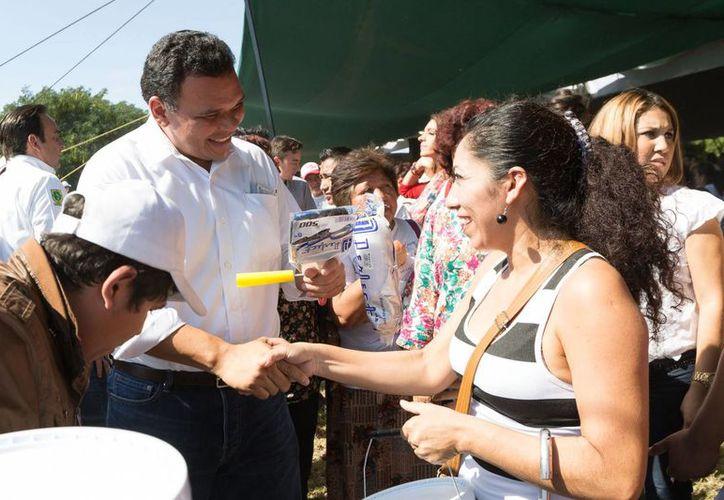 El gobernador Rolando Zapata Bello entregó el domingo más apoyos de Pintando tu Bienestar. (SIPSE)