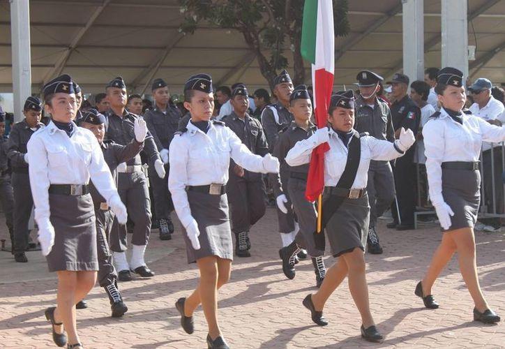 Contingentes de 23 escuelas solidarenses participaron ayer en el desfile patrio.  (Nazly Cen/SIPSE)