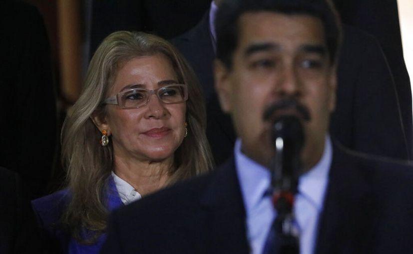 Las sanciones ya incluyen a más de 100 funcionarios y allegados acusados de corrupción, violación de derechos humanos y narcotráfico, incluyendo a Maduro y a su esposa. (AP Foto/Ariana Cubillos, Archivo)