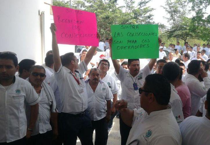 Los taxistas, armados de consignas escritas en cartulinas, exigieron a gritos una audiencia con el dirigente de Sintra. (Daniel Pacheco/SIPSE)