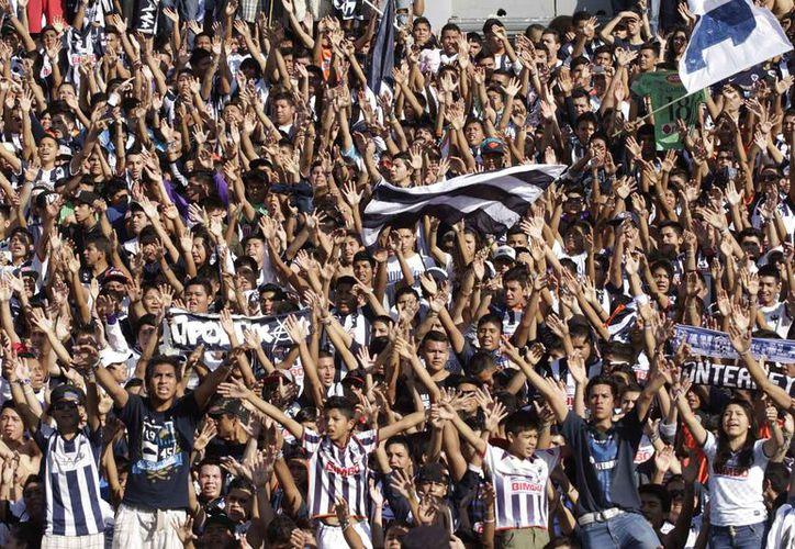 Un aficionado del equipo de Rayados del Monterrey manifestó su molestia por la derrota en la Final Regia ante Tigres. (Foto: Multimedios Laguna)