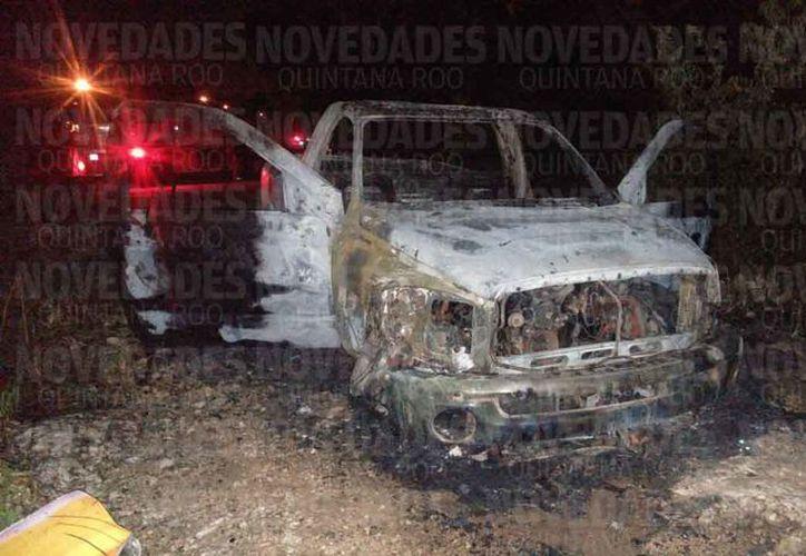 La camioneta apareció incendiada entre la maleza, en la Región 249. (Redacción)