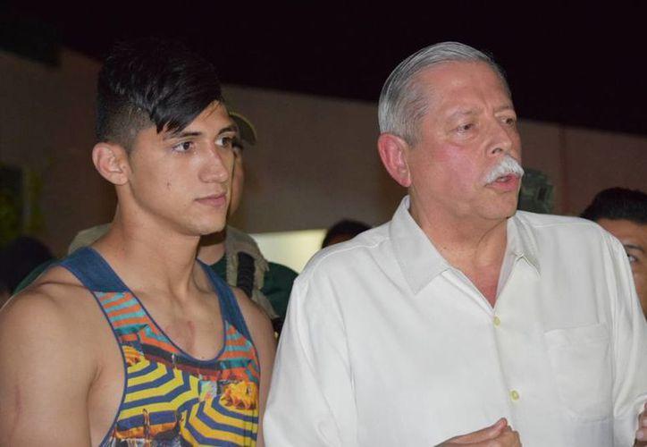 El jugador Alan Pulido (izq.) fue liberado, tras permanecer secuestrado unas 20 horas. En la imagen, el gobernador de Tamaulipas, estado donde ocurrió el secuestro, Egidio Torre Cantú, quien anunció la liberación del delantero del Olympiacos de Grecia. (AP)