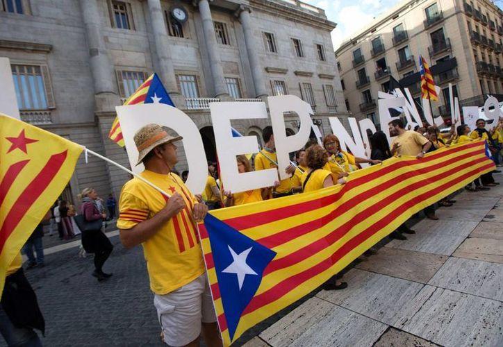 Cada 11 de septiembre, que es Día Nacional de Cataluña, miles de catalanes salen a las calles de Barcelona y otras ciudades para expresar su deseo de decidir sobre su futuro. (Archivo/AP)