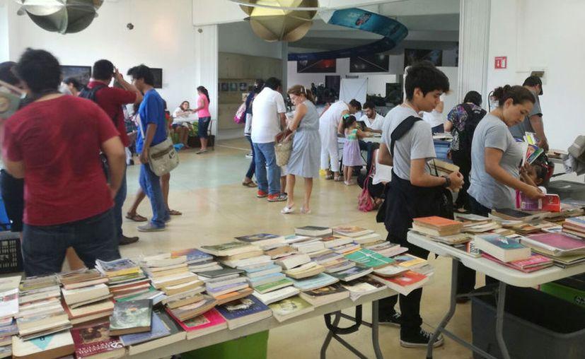 Los jóvenes fueron los más interesados en intercambiar libros. (Luis Soto/SIPSE)